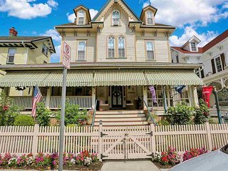 Historic Victorian Modern Updates- Right in Town 146138