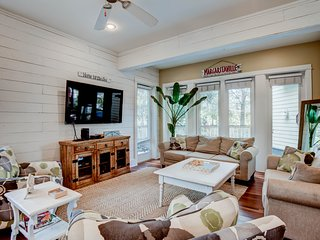 Spacious abode w/private pool and gas grill, free bike use, & great location
