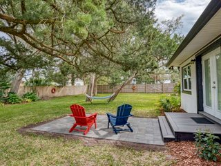 Private Cozy Retreat-Beautiful gardens & lawn fully fenced. Ride bikes .5mi. to