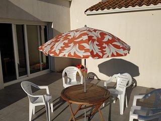 Domino, villa contemporaine avec piscine à proximité de la plage par la forêt