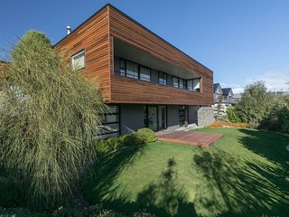 Views of Lake Wanaka and mountains from this luxury 4 bedroom 3 bathroom home.