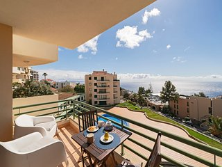 Bright apartment with pool, Garajau IV