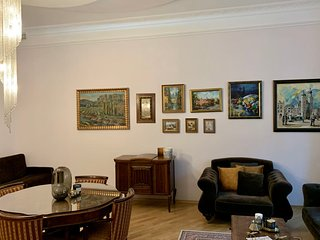 Enjoy incredible antique apartment in historical townhouse by Market Square