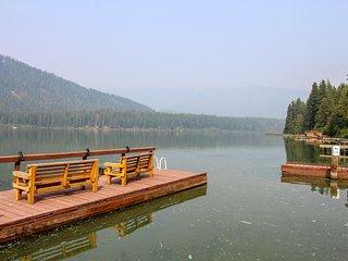 Modern lakefront retreat close to downtown Leavenworth w/lake access