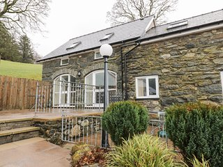 HIRNANT, pet friendly, character holiday cottage, with a garden in Bala, Ref