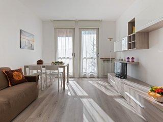 Lovely, bright apartment with balconies & mountain view - walk to Lake Garda!