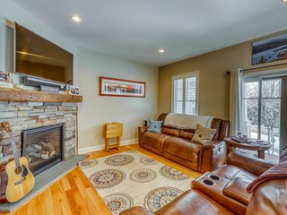 Great lakeside condo w/ lake views, gas fireplace, jetted tub, cable, WiFi