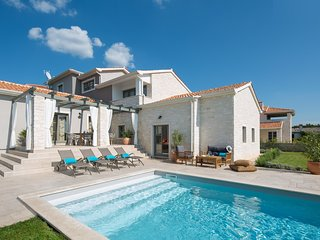 THE ISTRIA. THE HOME ESCAPE.Olive Groves. Sea Views.Bicycles.Pool.Garden. Luxury