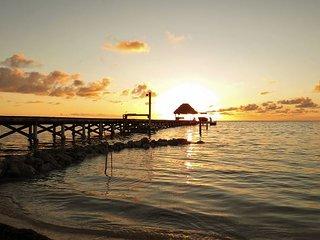 Stunning Beach Villa. Daily Housekeeping, Huge Pool, Concierge, Tennis.