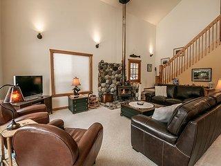 Cozy Family Retreat! Hot Tub, WiFi, Fido OK and more.