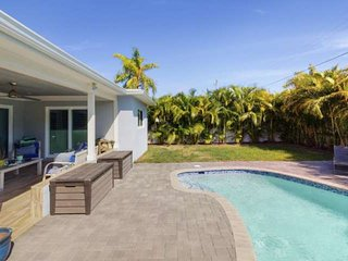 Poolside Retreat/3 Bedroom/Relaxation/5 Minutes Drive to Beach/Pet Friendly