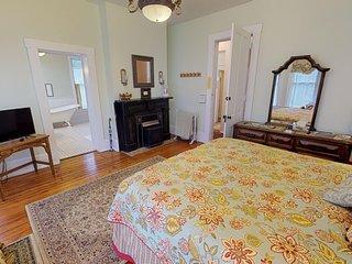 Romantic Dogwood Room w/ Clawfoot Bathtub in Historic Hyde House B&B