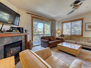 Wooded getaway w/fireplace, balcony, shared pool & hot tub