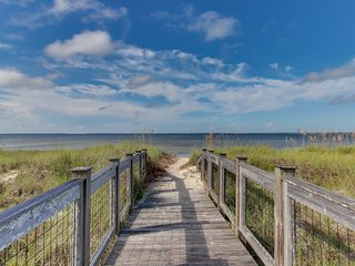 Gorgeous w/ shared pool and screened-in porch & balcony - walk to the beach!