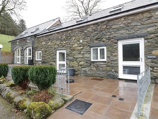 TRYWERYN, pet-friendly, mountain views, walks and cycling, Bala, Ref 936746