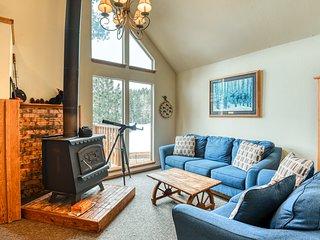 Lovely multi-level cabin w/ balcony, loft, fireplace & great mountain views!