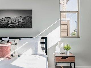 Newport by AvantStay - Modern Condo w/ Rooftop, Pool & Hot Tub - Heart of Tempe