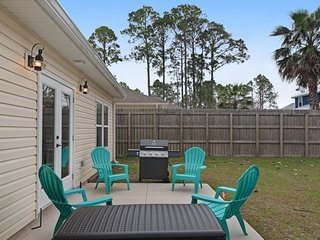 Sunny home w/ free WiFi, cable, full kitchen, bunk beds, & private gas grill!
