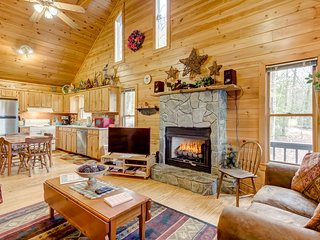 Intimate cabin close to Downtown Blue Ridge w/private hot tub & mountain views