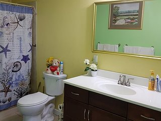 Northern Comfort Home w/ Queen Bed Convenient location, spacious & modern