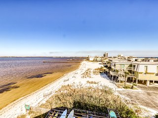 Bayview condo with shared pool right across from the beach - snowbirds welcome!