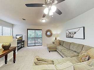 New Listing! Lovely Hill Country Getaway w/ Large Balcony, Near Attractions