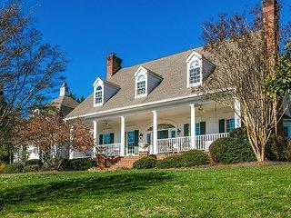 The Hart House: Luxurious Mountain Retreat w/ Fireplace & Gourmet Kitchen