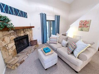 5 Star Guest Reviewed Sparkling Clean 2BR/2BA Townhome - Southside Area - close