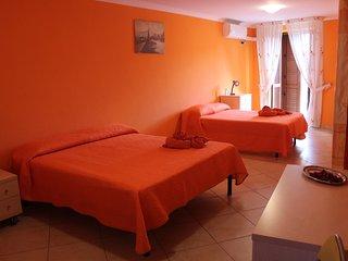 Camera per 2-5 persone - Casa Due Torri. Balcone e aria condizionata.