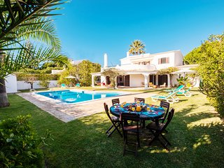 OUTSTANDING VILLA W/BBQ,AC, FREE WI-FI&HEATABLE POOL ONLY 300M FROM THE BEACH