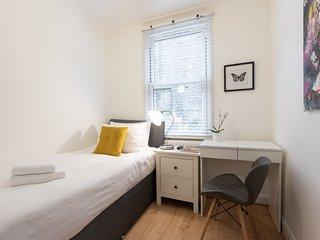 King's Cross Eurostar Single Room - Shared Bathroom - Shared Kitchen (ROOM 2)