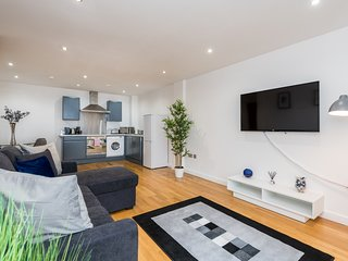 Bright & Spacious 2 Bed Apt