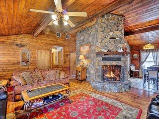Peaceful 'Hidden Oaks' Real Log Home: 1Mi to Lake!