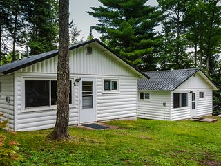 Renovated Lakeside Cottage #4, Hot tub, Fishing pier, Boats to use, snowmobiling
