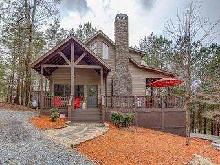 Tranquil cabin w/ wrap-around deck, private gas grill, firepit, and pool table!