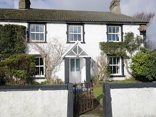 1 COURT END COTTAGE, fire and woodburner, WiFi, pet-friendly cottage near