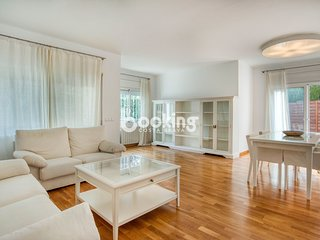 HOUSE IN THE CENTER, TWO MINUTES FROM THE BEACH WITH PARKING