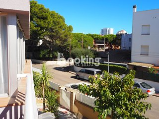 APARTMENT WITH 3 ROOMS AND LARGE TERRACE, 5 MIN. FROM THE BEACH, IN THE CENTER