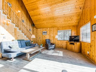 Lovely dog-friendly home w/ wood-burning fireplace & stunning views from deck