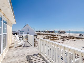 Bayfront beach retreat w/ lovely beach views, screened-in porch, & beach access!
