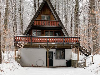 Peaceful mountain cabin w/ TV & Wifi, forest views - close to ski resorts!