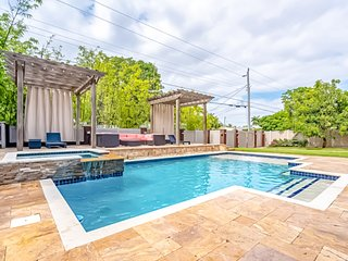 Bright, beautiful home w/ private pool, hot tub & backyard pergolas - 1 dog OK!