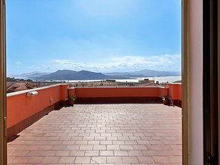 Sunny apartment w/ amazing terrace, views of the sea/islands - walk to town!