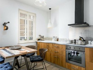 Rustic 2 Bed Maisonette Over 3 Floors In Goodge St