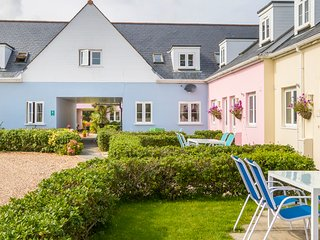 Bright & Spacious Three Bed Cottage by Stunning Cliff Walks, Shops & Restaurants