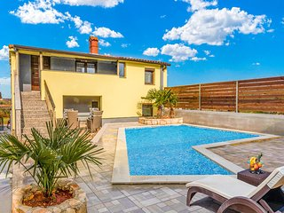 Nice home in Valtura with WiFi, Outdoor swimming pool and 4 Bedrooms (CIR401)