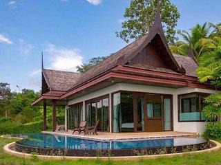 Hilltop Infinity pool villa w/ Oceanview & KingBed