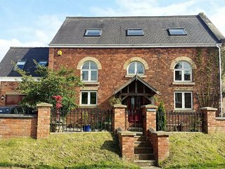 Dog friendly holiday cottage with hot tub, sleeps 10 in 5 bedrooms