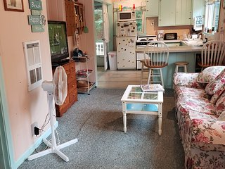 LOVELY 2 BEDROOM COTTAGE...5 MINUTE WALK TO LAKE WINNIPESAUKEE BEACH
