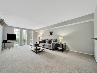Lovely, modern condo w/ shared pools - close to heart of the city!